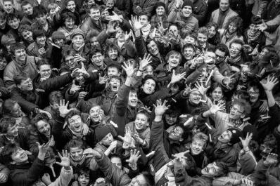 """Krzysztof Miller ©Agenzia Gazeta,  Varsavia, il passaggio di Wiech, 24 Febbraio 1989 Pollock può farlo – Evento """"Pollock può farlo"""" - un successo dell'""""Alternativa Arancione"""". Il nome dell'azione era un riferimento a uno slogan """"Un Polacco può farlo"""" (usato per la prima volta da Edward Gierek, primo segretario del Partito dei lavoratori unito polacco, divenne uno slogan di propaganda di stato) e al pittore americano Jackson Pollock."""