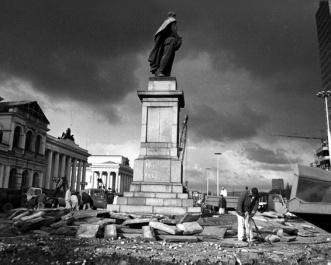 Krzysztof Miller © Gazeta Agency  Demolizione del monumento a Felix Dzerzinskij su una piazza che porta il suo nome (oggi Piazza della Banca). Il monumento era uno dei tanti simboli del comunismo a Varsavia che gradualmente scomparvero dalle strade. Varsavia, 16.11.1989.