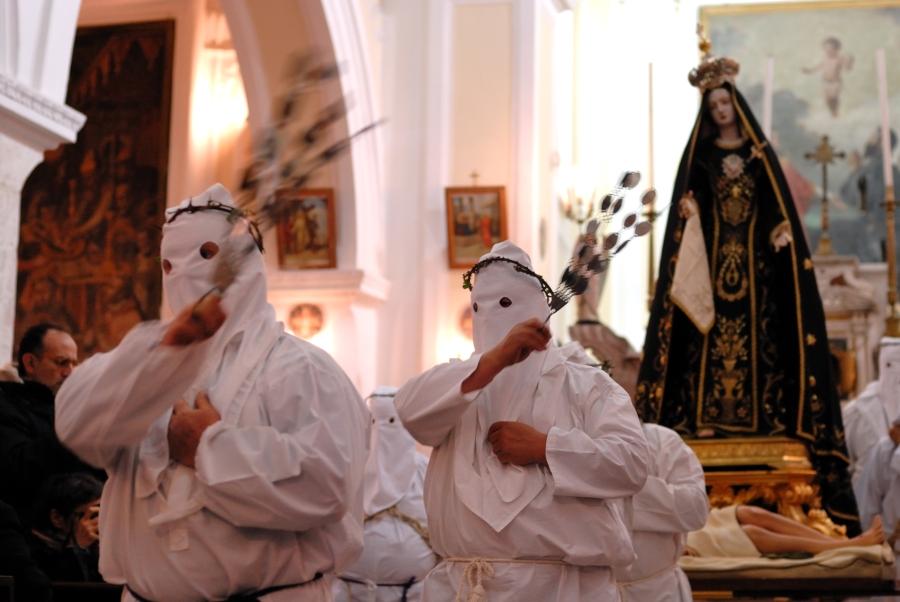 La processione penitenziale del Venerdì Santo - uscita della Madonna Addolorata dalla Chiesa di San Rocco