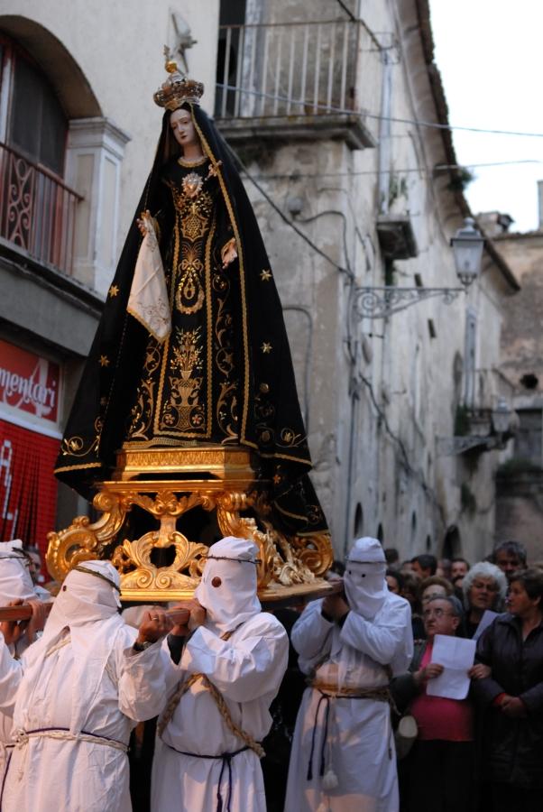 La processione penitenziale del Venerdì Santo - per le strade del centro storico i battenti portano a spalla la Madonna Addolorata seguito da un pubblico religioso che invoca canti religiosi